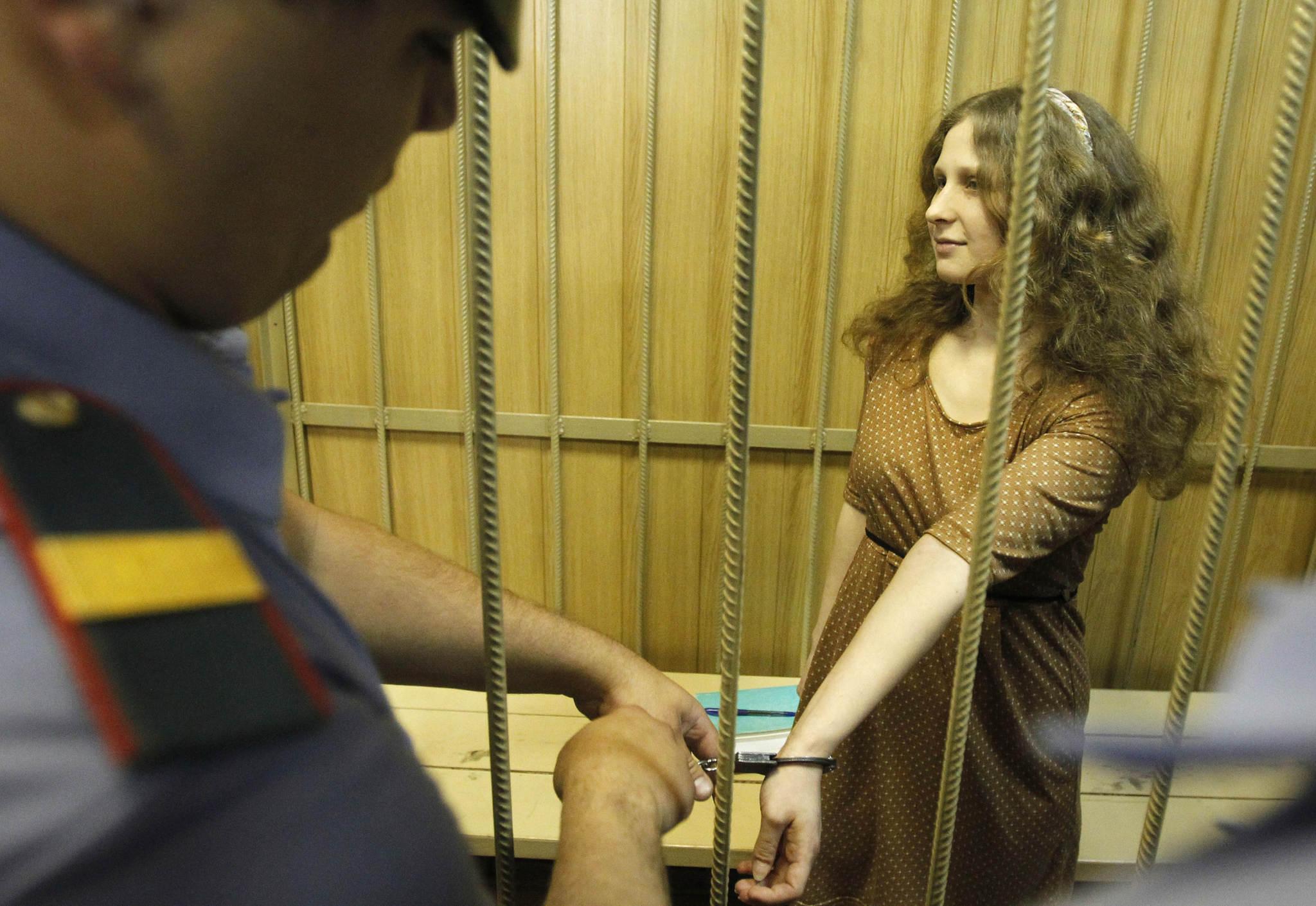 Девушки в тюрьме в наручниках видео, предметы в попку онлайн